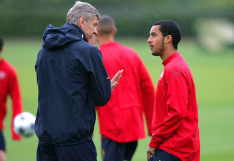 LONDON COLNEY, UNITED KINGDOM - MAY 04:  Theo Walcott talks to manager Arsene Wenger during an Arsenal training session prior to Tuesday's Champions League fixture against Manchester United at London Colney training ground on May 4, 2009 in London Colney,