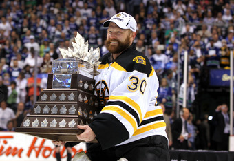 Tim Thomas accepts the Conn Smythe trophy as 2011 playoff MVP
