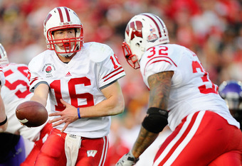 PASADENA, CA - JANUARY 01:  Quarterback Scott Tolzien #16 of the Wisconsin Badgers looks to hand the ball off to running back John Clay #32 against the TCU Horned Frogs in the 97th Rose Bowl game on January 1, 2011 in Pasadena, California.  (Photo by Jeff