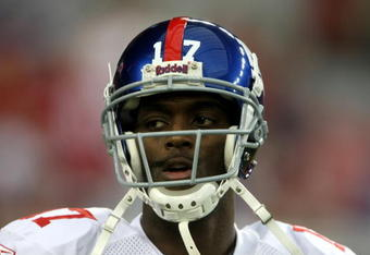 GLENDALE, AZ - NOVEMBER 23:  Wide receiver Plaxico Burress #17 of the New York Giants warms up for the game with the Arizona Cardinals on November 23, 2008 at University of Phoenix Stadium in Glendale, Arizona. The Giants won 37-29.  (Photo by Stephen Dun