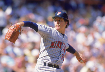 ANAHEIM, CA - 1988:  Frank Viola #16 of the Minnesota Twins pitches during an MLB game against the California Angels circa 1988 at Anaheim Stadium in Anaheim, California. (Photo by Tim DeFrisco/Getty Images)