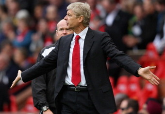 MANCHESTER, ENGLAND - AUGUST 28:  Arsenal manager Arsene Wenger remonstrates with the referee as he walks off at half time during the Barclays Premier League match between Manchester United and Arsenal at Old Trafford on August 28, 2011 in Manchester, Eng