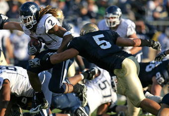SOUTH BEND, IN - NOVEMBER 21: Andre Dixon #2 of the Univeristy of Connecticut Huskies runs past Manti Te'o #5 of the Notre Dame Fighting Irish at Notre Dame Stadium on November 21, 2009 in South Bend, Indiana. (Photo by Jonathan Daniel/Getty Images)