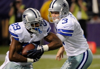 Jon Kitna hands off to Demarco Murray