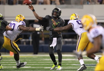 ARLINGTON, TX - SEPTEMBER 03:  Darron Thomas #5 of the Oregon Ducks throws against the LSU Tigers at Cowboys Stadium on September 3, 2011 in Arlington, Texas.  (Photo by Ronald Martinez/Getty Images)