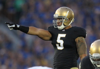SOUTH BEND, IN - SEPTEMBER 03:  Manti Te'o #5 of the Notre Dame Fighting Irish calls signals against the University of South Florida Bulls at Notre Dame Stadium on September 3, 2011 in South Bend, Indiana. South Florida defeated Notre Dame 23-20.  (Photo