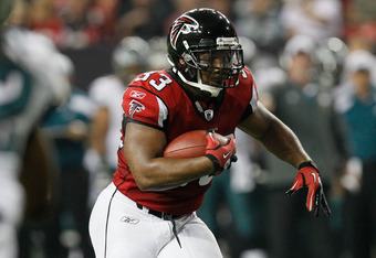 ATLANTA, GA - SEPTEMBER 18:  Michael Turner #33 of the Atlanta Falcons runs with the ball against the Philadelphia Eagles at Georgia Dome on September 18, 2011 in Atlanta, Georgia.  (Photo by Kevin C. Cox/Getty Images)
