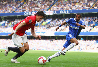 LONDON - SEPTEMBER 21:  Owen Hargreaves of Manchester United takes on Ashley Cole of Chelsea during the Barclays Premier League match between Chelsea and Manchester United at Stamford Bridge on September 21, 2008 in London, England.  (Photo by Mike Hewitt