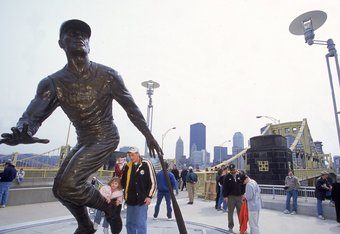 1 Apr 2001: A general view of the Roberto Clemente statue outside of PNC Park in Pittsburgh, Pennsylvania during the game between the New York Mets and the Pittsburgh Pirates. Mandatory Credit: Jamie Squire /Allsport
