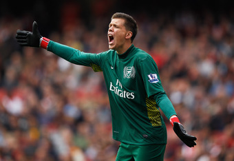 LONDON, ENGLAND - OCTOBER 16:  Wojciech Szczesny of Arsenal organizes his defence during the Barclays Premier League match between Arsenal and Sunderland at the Emirates Stadium on October 16, 2011 in London, England.  (Photo by Paul Gilham/Getty Images)