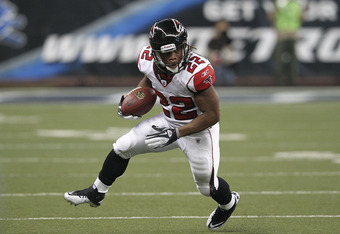 DETROIT, MI - OCTOBER 23: Jacquizz Rodgers #22 of the Atlanta Falcons runs for a short gain during the fourth quarter of the game against the Detroit Lions at Ford Field on October 23, 2011 in Detroit, Michigan.  The Falcons defeated the Lions 23-16.  (Ph