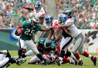 PHILADELPHIA, PA - SEPTEMBER 25:   LeSean McCoy #25 of the Philadelphia Eagles runs against the New York Giants at Lincoln Financial Field on September 25, 2011 in Philadelphia, Pennsylvania.  (Photo by Chris Trotman/Getty Images)