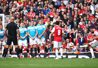 LONDON, ENGLAND - OCTOBER 16:  Robin van Persie of Arsenal (R) scores their second goal from a free kick during the Barclays Premier League match between Arsenal and Sunderland at the Emirates Stadium on October 16, 2011 in London, England.  (Photo by Jul