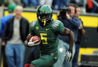EUGENE, OR - NOVEMBER 26: Running back De'Anthony Thomas #6 of the Oregon Ducks runs down the sidelines with a pass reception in the third quarter of the game against the Oregon State Beavers at Autzen Stadium on November 26, 2011 in Eugene, Oregon. The D