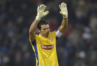 UDINE, ITALY - DECEMBER 21:  Gianluigi Buffon goal kepeer of Juventus applauds the fans after the Serie A match between Udinese Calcio and Juventus FC at Stadio Friuli on December 21, 2011 in Udine, Italy.  (Photo by Dino Panato/Getty Images)