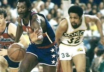Elvin Hayes outraces Seattle's Downtown Freddy Brown to the ball.