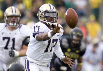 EUGENE, OR - NOVEMBER 06: Quarterback Keith Price #17 of the Washington Huskies flips the ball to his running back in the third quarter of the game against the Oregon Ducks at Autzen Stadium on November 6, 2010 in Eugene, Oregon. The Ducks won the game 53