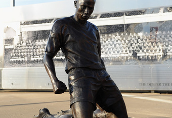 LONDON, ENGLAND - DECEMBER 10: TheThierry Henry statue is seen outside the stadium ahead of the Barclays Premier League match between Arsenal and Everton at Emirates Stadium on December 10, 2011 in London, England.  (Photo by Michael Regan/Getty Images)