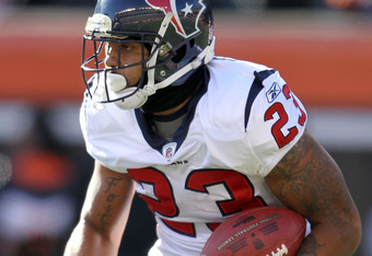 CINCINNATI, OH - DECEMBER 11:  Arian Foster #23 of the Houston Texans runs with the ball during the Texans 20-19 win over the Cincinnati Bengals  in the NFL game at Paul Brown Stadium on December 11, 2011 in Cincinnati, Ohio.  (Photo by Andy Lyons/Getty I