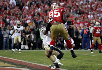 SAN FRANCISCO, CA - JANUARY 14:  Vernon Davis #85 of the San Francisco 49ers catches a 14 yard touchdown pass in the fourth quarter against the New Orleans Saints during the NFC Divisional playoff game at Candlestick Park on January 14, 2012 in San Franci