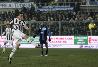 BERGAMO, ITALY - JANUARY 21:  Emanuele Giaccherini of Juventus FC scores the goal during the Serie A match between Atalanta BC and Juventus FC at Stadio Atleti Azzurri d'Italia on January 21, 2012 in Bergamo, Italy.  (Photo by Marco Luzzani/Getty Images)