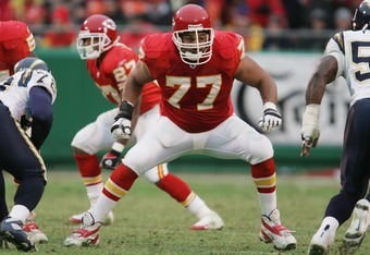KANSAS CITY, MO - NOVEMBER 28: Offensive tackle Willie Roaf #77 of the Kansas City Chiefs blocks against the San Diego Chargers at Arrowhead Stadium on November 28, 2004 in Kansas City, Missouri. The Chargers defeated the Chiefs 34-31. (Photo by Jonathan