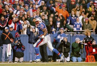 13 Dec 1997:  Tight end Ben Coates of the New England Patriots scores a touchdown during the Patriots 24-21 loss to the Pittsburgh Steelers at Foxboro Stadium in Foxboro, Massachusetts. Mandatory Credit: Brian Bahr  /Allsport
