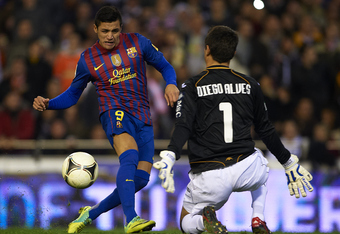 VALENCIA, SPAIN - FEBRUARY 01:  Alexis Sanchez of Barcelona in action during the Copa del Rey Semi Final match between Valencia and Barcelona at Estadio Mestalla on February 1, 2012 in Valencia, Spain.  (Photo by Manuel Queimadelos Alonso/Getty Images)