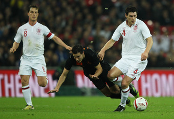 LONDON, ENGLAND - FEBRUARY 29:  Robin Van Persie (C) of Netherlands battles for the ball with Gareth Barry (R) and Scott Parker of England during the international friendly match between England and Netherlands at Wembley Stadium on February 29, 2012 in L