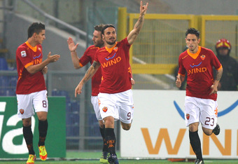 ROME, ITALY - MARCH 19: Daniel Osvaldo (C) with his teammates of AS Roma celebrates after scoring the opening goal during the Serie A match between AS Roma and Genoa CFC at Stadio Olimpico on March 19, 2012 in Rome, Italy.  (Photo by Paolo Bruno/Getty Ima