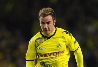 LONDON, ENGLAND - NOVEMBER 23:  Mario Gotze of Dortmund runs with ball during the UEFA Champions League Group F match between Arsenal FC and Borussia Dortmund  at Emirates Stadium on November 23, 2011 in London, England.  (Photo by Mike Hewitt/Getty Image
