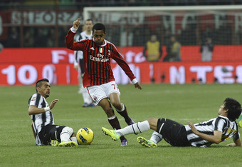 MILAN, ITALY - FEBRUARY 25:  Robinho of Milan (C) competes with Arturo Vidal (L) and Marcelo Estigarribia of Juventus during the Serie A match between AC Milan and Juventus FC at Stadio Giuseppe Meazza on February 25, 2012 in Milan, Italy.  (Photo by Dino