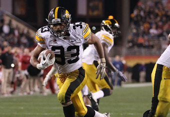 TEMPE, AZ - DECEMBER 30:  Runningback Jordan Canzeri #33 of the Iowa Hawkeyes scores on a 9 yard touchdown reception against the Oklahoma Sooners during the fourth quarter of the Insight Bowl at Sun Devil Stadium on December 30, 2011 in Tempe, Arizona. Th
