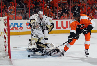 PHILADELPHIA, PA - APRIL 15: Wayne Simmonds #17 of the Philadelphia Flyers scores a powerplay goal at 19:14 of the second period against Marc-Andre Fleury #29 of the Pittsburgh Penguins in Game Three of the Eastern Conference Quarterfinals during the 2012