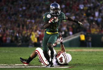 PASADENA, CA - JANUARY 02:  Running back De'Anthony Thomas #6 of the Oregon Ducks runs the ball past Dezmen Southward #12 of the Wisconsin Badgers at the 98th Rose Bowl Game on January 2, 2012 in Pasadena, California.  (Photo by Jeff Gross/Getty Images)