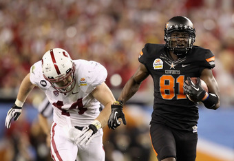 GLENDALE, AZ - JANUARY 02:  Justin Blackmon #81 of the Oklahoma State Cowboys catches a 67-yard touchdown reception in the second quarter against Chase Thomas #44 of the Stanford Cardina during the Tostitos Fiesta Bowl on January 2, 2012 at University of