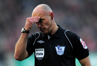 STOKE ON TRENT, ENGLAND - MARCH 24:  Referee Howard Webb reacts during the Barclays Premier League match between Stoke City and Manchester City at the Britannia Stadium on March 24, 2012 in Stoke on Trent, England.  (Photo by Shaun Botterill/Getty Images)