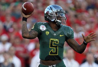 PASADENA, CA - JANUARY 02:  Quarterback Darron Thomas #5 of the Oregon Ducks is looking to pass while taking on the Wisconsin Badgers at the 98th Rose Bowl Game on January 2, 2012 in Pasadena, California.  (Photo by Stephen Dunn/Getty Images)