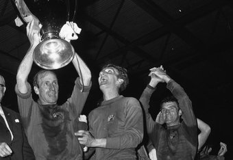 Bobby Charlton lifts the European Cup (bbc.co.uk)