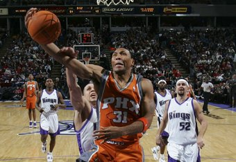 SACRAMENTO, CA - DECEMBER 16:  Shawn Marion #31 of the Phoenix Suns shoots against Mike Bibby #10 of the Sacramento Kings during an NBA game at Arco Arena December 16, 2006 in Sacramento, California.  NOTE TO USER: User expressly acknowledges and agrees t