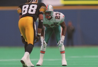 20 Nov 1994: Defensive back Troy Vincent of the Miami Dolphins covers wide receiver Andre Hastings #88 of the Pittsburgh Steelers during the Dolphins 16-13 win at Three Rivers Stadium in Pittsburgh, Pennsylvania.