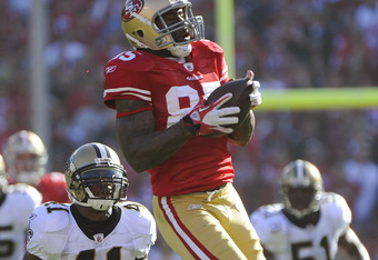 SAN FRANCISCO, CA - JANUARY 14:  Vernon Davis #85 of the San Francisco 49ers catches a pass and goes forty nine yards for a touchdown against the New Orleans Saints in the first quarter during the Divisional Playoffs at Candlestick Park on January 14, 201