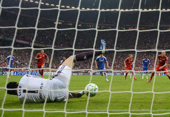 MUNICH, GERMANY - MAY 19:  Goalkeeper Petr Cech of Chelsea saves a penalty by Arjen Robben of Bayern Muenchen during UEFA Champions League Final between FC Bayern Muenchen and Chelsea at the Fussball Arena München on May 19, 2012 in Munich, Germany.  (Pho