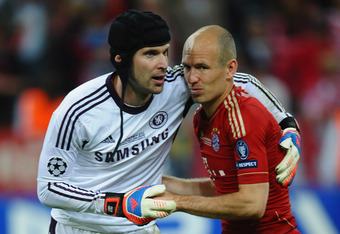 MUNICH, GERMANY - MAY 19:  Petr Cech of Chelsea consoles Arjen Robben of FC Bayern Muenchen after the UEFA Champions League Final between FC Bayern Muenchen and Chelsea at the Fussball Arena München on May 19, 2012 in Munich, Germany.  (Photo by Laurence