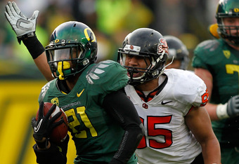 EUGENE, OR - NOVEMBER 26:  LaMichael James #21 of the Oregon Ducks out runs Scott Critchton #95 of the Oregon State Beavers during the 115th Civil War on November 26, 2011 at the Autzen Stadium in Eugene, Oregon.  (Photo by Jonathan Ferrey/Getty Images)