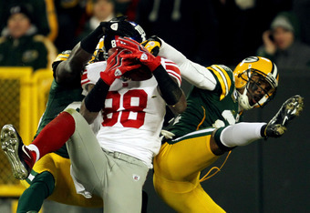 GREEN BAY, WI - JANUARY 15:  Hakeem Nicks #88 of the New York Giants makes a 37 yard touchdown catch with time running out in the second quarter against  Charles Woodson #21 of the Green Bay Packers during their NFC Divisional playoff game at Lambeau Fiel