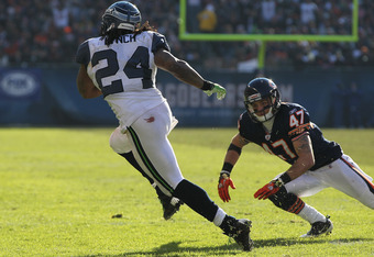 CHICAGO, IL - DECEMBER 18:  Marshawn Lynch #24 of the Seattle Seahawks runs past Chris Conte #47 of the Chicago Bears at Soldier Field on December18, 2011 in Chicago, Illinois. The Seahawks defeated the Bears 38-14.  (Photo by Jonathan Daniel/Getty Images