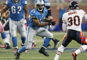 DETROIT, MI - OCTOBER 10:  Jahvid Best #44 of the Detroit Lions looks for running room behind D.J. Moore #30 of the Chicago Bears at Ford Field on October 10, 2011 in Detroit, Michigan. Detroit won the game 24-13. (Photo by Gregory Shamus/Getty Images)