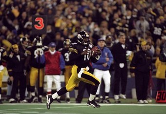 9 Nov 1998: Quarterback Kordell Stewart #10 of the Pittsburgh Steelers  runs with the ball during the game against the Green Bay Packers at 3 Rivers Stadium in Pittsburgh, Pennsylvania. The Steelers defeated the Packers 27-20. Mandatory Credit: Rick Stewa