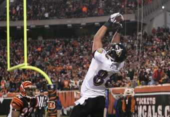 CINCINNATI, OH - JANUARY 01:  Dennis Pitta #88 of the Baltimore Ravens hauls in the touchdown in front of Nate Clements #22 of the Cincinnati Bengals during their game at Paul Brown Stadium on January 1, 2012 in Cincinnati, Ohio.  The Ravens defeated the